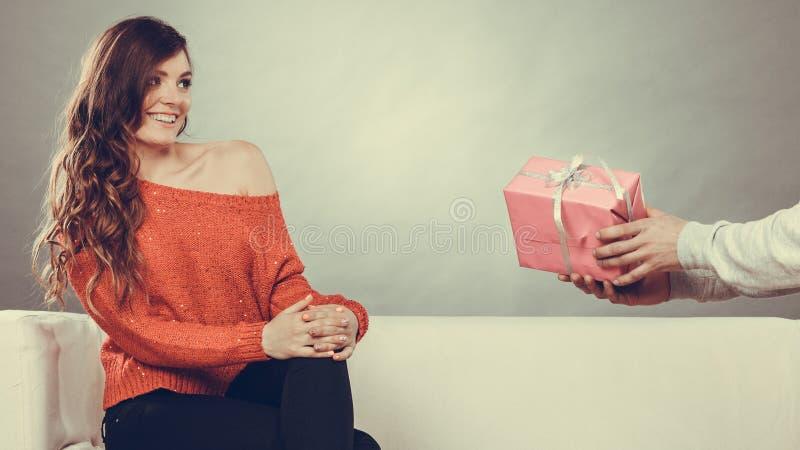 Ευτυχές ρομαντικό ζεύγος με το δώρο στοκ φωτογραφίες
