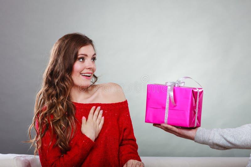 Ευτυχές ρομαντικό ζεύγος με το δώρο στοκ φωτογραφία