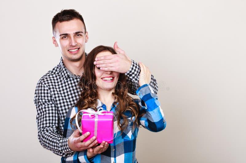 Ευτυχές ρομαντικό ζεύγος με το δώρο στοκ εικόνες