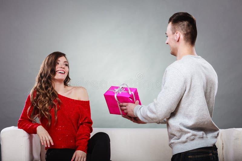 Ευτυχές ρομαντικό ζεύγος με το δώρο στοκ εικόνες με δικαίωμα ελεύθερης χρήσης