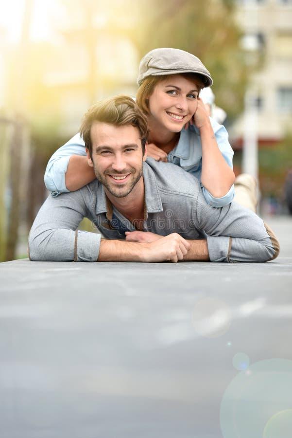 Ευτυχές ρομαντικό ζεύγος που έχει τη διασκέδαση υπαίθρια στοκ εικόνα με δικαίωμα ελεύθερης χρήσης