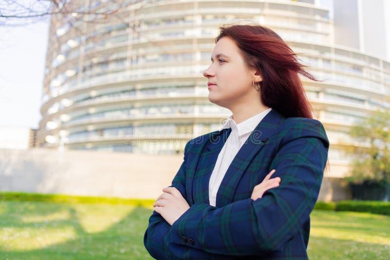 Ευτυχές σκεπτικό κοίταγμα πορτρέτου επιχειρησιακών γυναικών μακριά στοκ εικόνες με δικαίωμα ελεύθερης χρήσης
