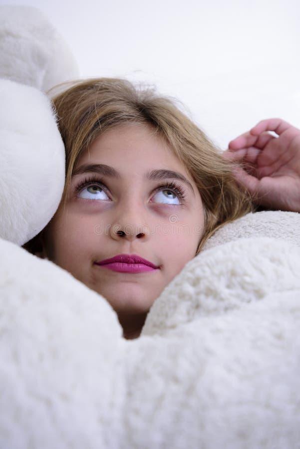 Ευτυχές σκεπτόμενο κορίτσι που τυλίγεται από τις teddy αρκούδες στοκ φωτογραφία με δικαίωμα ελεύθερης χρήσης
