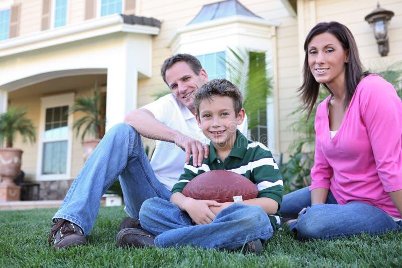ευτυχές σπίτι οικογεν&epsilo στοκ φωτογραφία με δικαίωμα ελεύθερης χρήσης