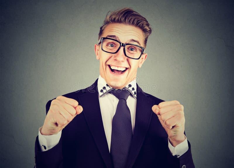 Ευτυχές συγκινημένο άτομο στα γυαλιά στοκ εικόνες με δικαίωμα ελεύθερης χρήσης
