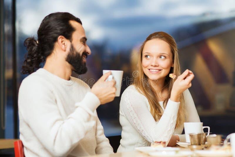 Ευτυχές συνεδρίαση των ζευγών και τσάι ή καφές κατανάλωσης στοκ φωτογραφία με δικαίωμα ελεύθερης χρήσης