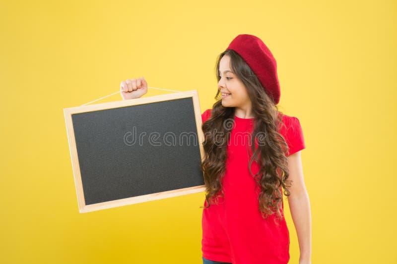 Ευτυχές σχολικό κορίτσι παρισινό beret παιδί μικρών κοριτσιών με τη ράχη, διάστημα αντιγράφων πίνακας για τη διαφήμιση ανακοίνωση στοκ φωτογραφίες