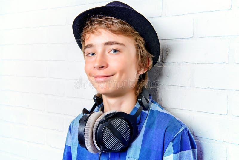 Ευτυχές σύγχρονο αγόρι εφήβων στοκ φωτογραφίες