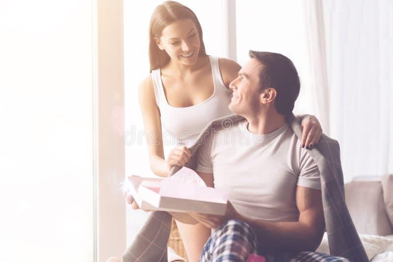 Ευτυχές τέλειο ζεύγος που παρουσιάζει αγάπη τους στοκ φωτογραφία με δικαίωμα ελεύθερης χρήσης