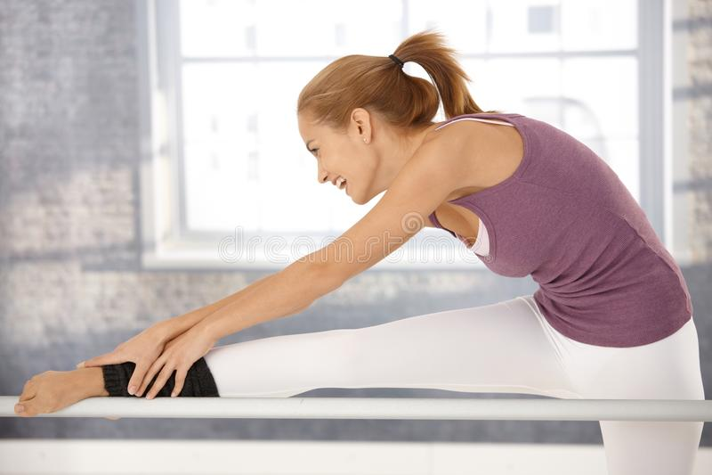 Ευτυχές τέντωμα ballerina στη ράβδο στοκ φωτογραφία