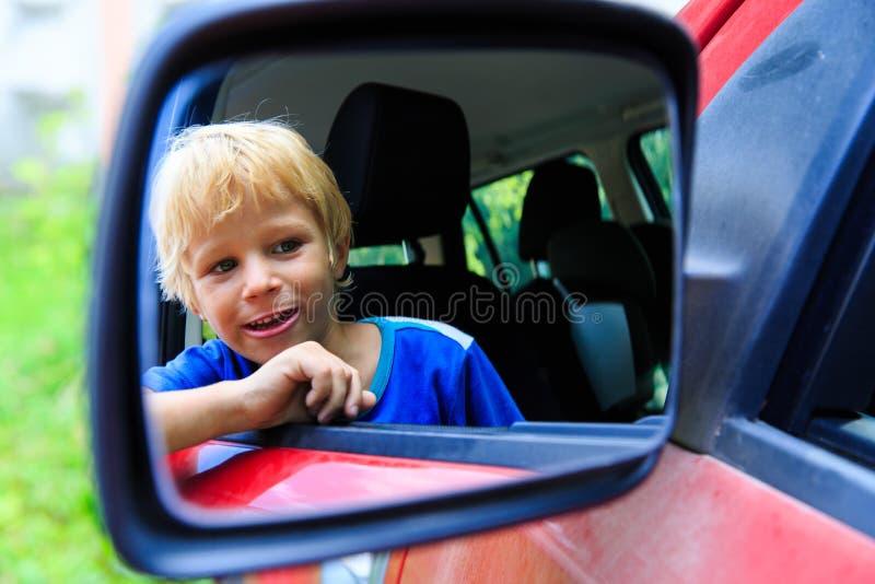 Ευτυχές ταξίδι μικρών παιδιών με το αυτοκίνητο στοκ φωτογραφία