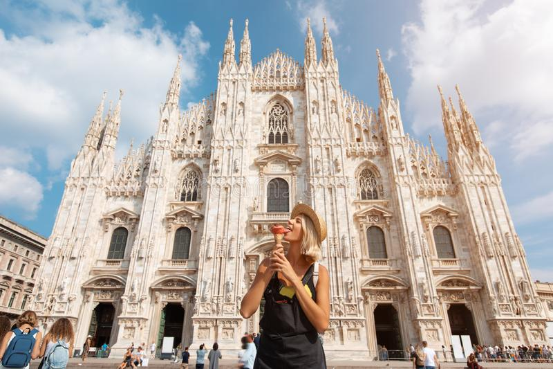 Ευτυχές ταξιδιωτικό κορίτσι στην πόλη του Μιλάνου Τοποθέτηση γυναικών τουριστών κοντά στον καθεδρικό ναό Duomo στο Μιλάνο, Ιταλία στοκ φωτογραφίες με δικαίωμα ελεύθερης χρήσης