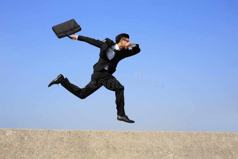 Ευτυχές τρέξιμο επιχειρησιακών ατόμων στοκ εικόνες