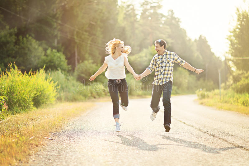 Ευτυχές τρέξιμο ζευγών στοκ εικόνες