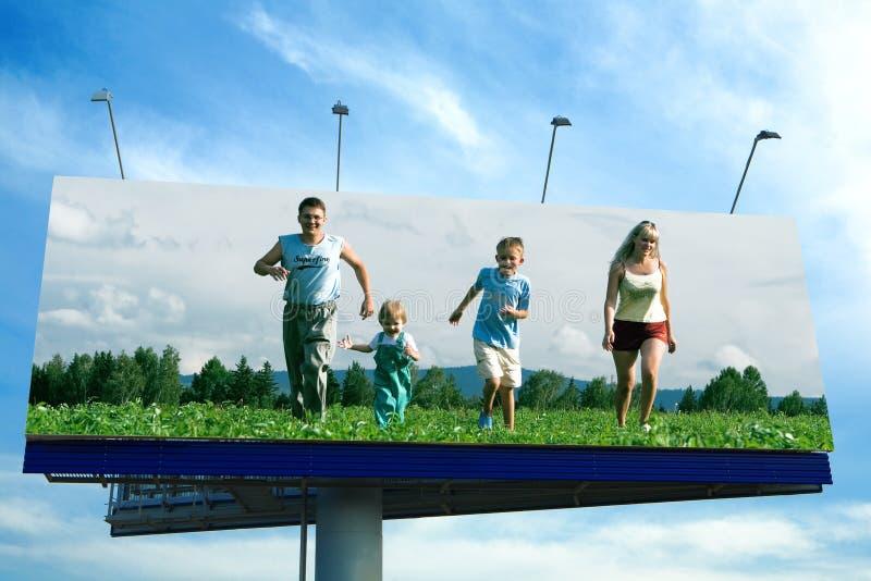 ευτυχές τρέξιμο οικογενειακής χλόης στοκ εικόνες