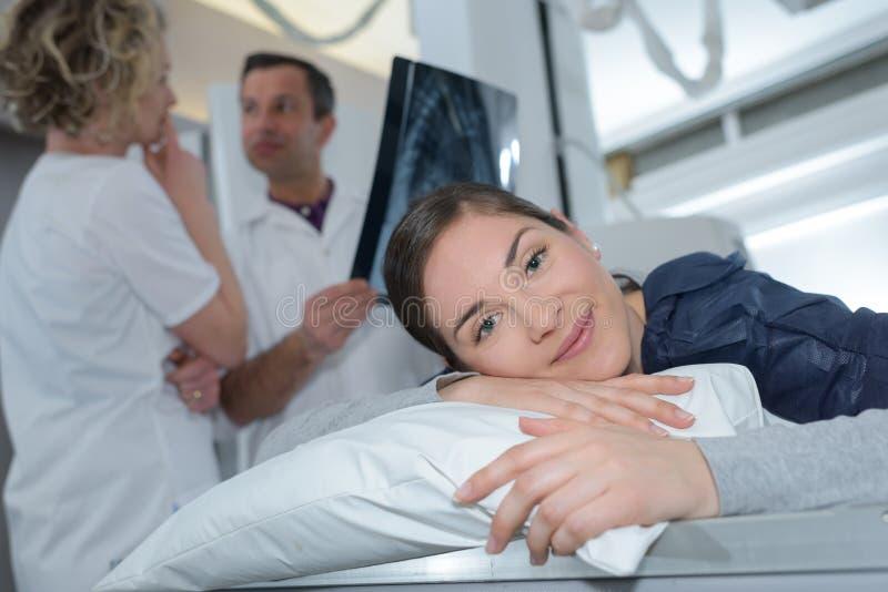 Ευτυχές υπομονετικό χαμόγελο στη κάμερα στο ιατρικό γραφείο στοκ εικόνα με δικαίωμα ελεύθερης χρήσης
