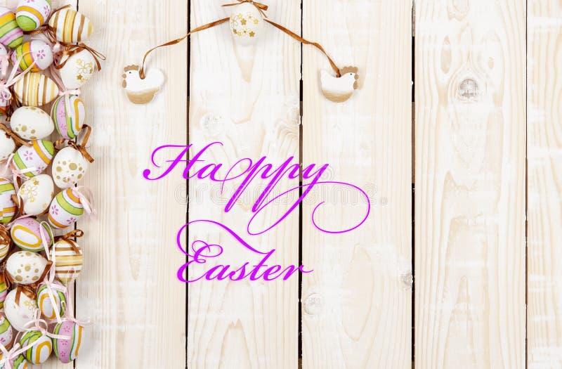 Ευτυχές υπόβαθρο Πάσχας στο χρώμα κρητιδογραφιών και στο ξύλο στοκ φωτογραφίες με δικαίωμα ελεύθερης χρήσης