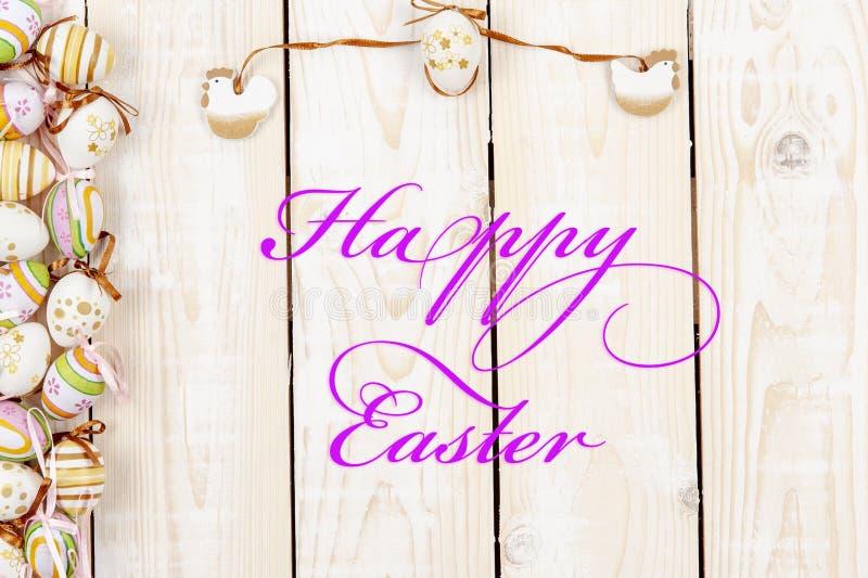 Ευτυχές υπόβαθρο Πάσχας στο χρώμα κρητιδογραφιών και στο ξύλο στοκ εικόνα με δικαίωμα ελεύθερης χρήσης