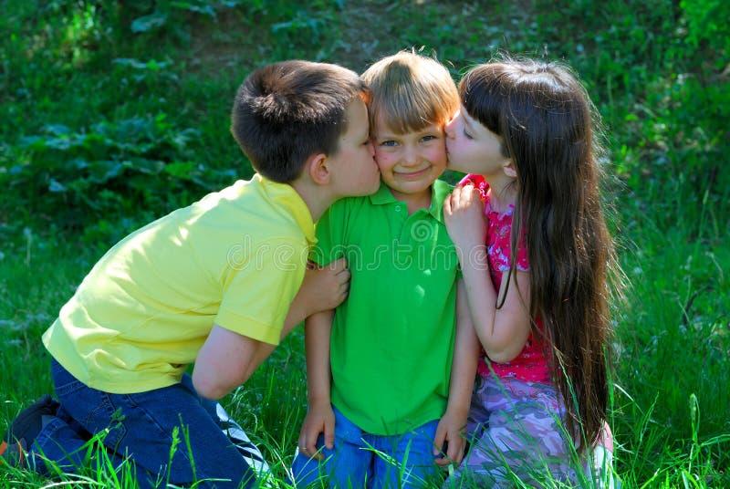 ευτυχές φίλημα παιδιών στοκ φωτογραφία
