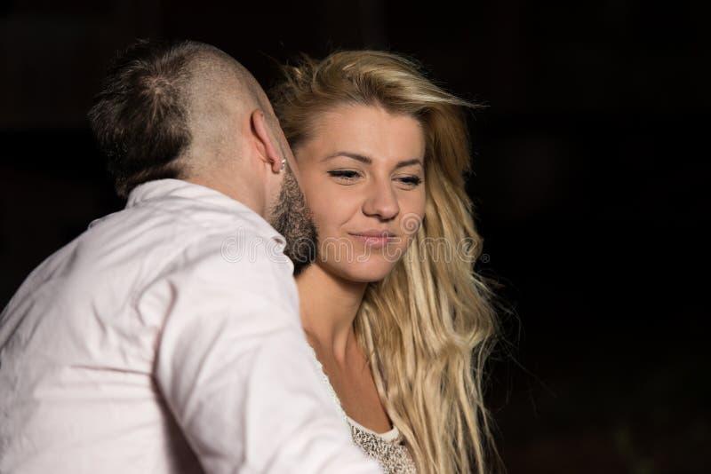 Ευτυχές φίλημα ζεύγους αγάπης στοκ εικόνες