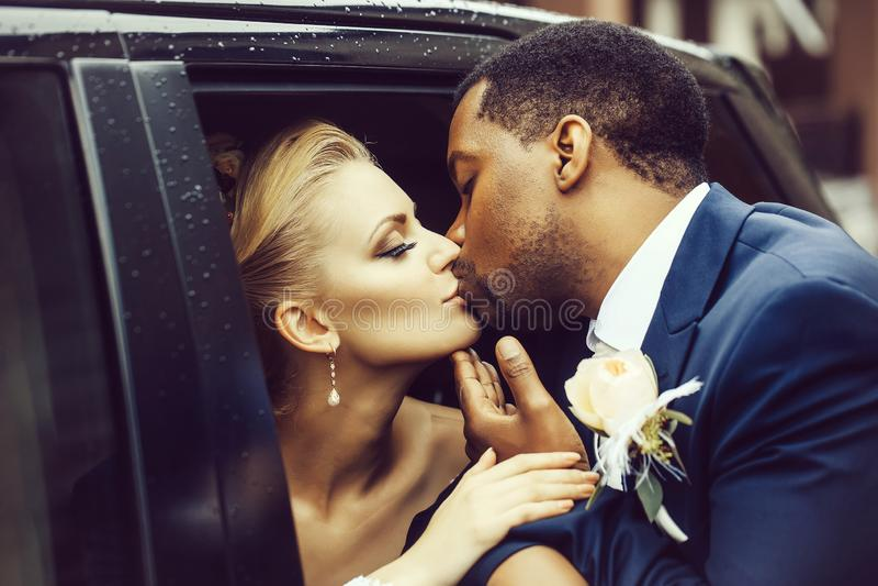 Ευτυχές φιλί newlyweds στοκ φωτογραφία με δικαίωμα ελεύθερης χρήσης