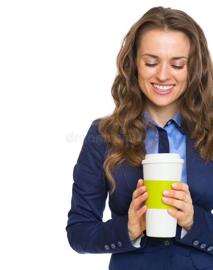 Ευτυχές φλυτζάνι εκμετάλλευσης επιχειρησιακών γυναικών του καυτού ποτού στοκ φωτογραφία