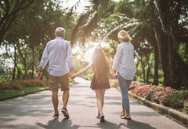 Ευτυχές χέρι οικογενειακής εκμετάλλευσης στοκ φωτογραφία με δικαίωμα ελεύθερης χρήσης