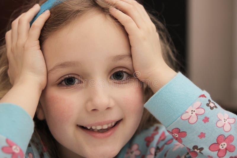 Ευτυχές, χαλαρωμένο κορίτσι στοκ φωτογραφίες