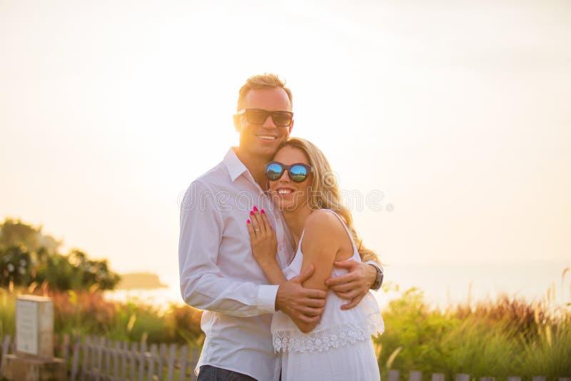 Ευτυχές χαμογελώντας ζεύγος στο ηλιοβασίλεμα στοκ φωτογραφία