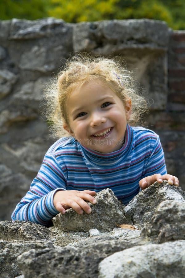 Ευτυχές χαμογελώντας κορίτσι στοκ φωτογραφία με δικαίωμα ελεύθερης χρήσης