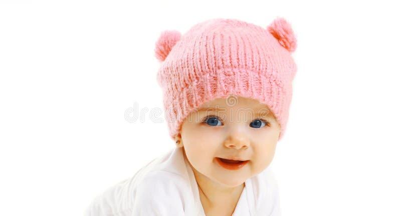 Ευτυχές χαμογελώντας μωρό κινηματογραφήσεων σε πρώτο πλάνο πορτρέτου στο πλεκτό ρόδινο καπέλο στο λευκό στοκ φωτογραφία με δικαίωμα ελεύθερης χρήσης