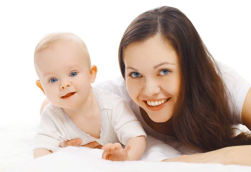 Ευτυχές χαμογελώντας να βρεθεί μητέρων και μωρών κινηματογραφήσεων σε πρώτο πλάνο πορτρέτου που απομονώνεται στο λευκό στοκ εικόνες