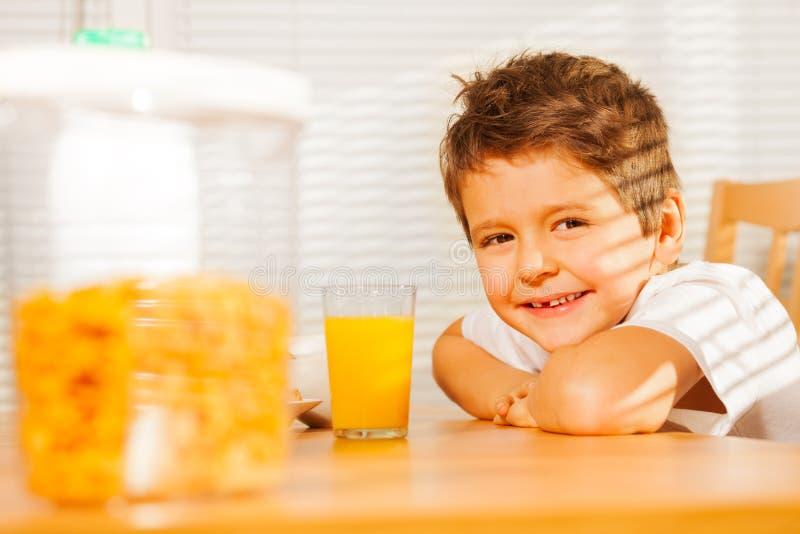 Ευτυχές χαμογελώντας αγόρι που έχει το υγιές πρόγευμα στοκ εικόνα με δικαίωμα ελεύθερης χρήσης