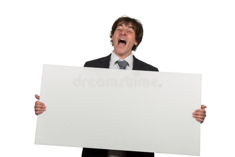 Ευτυχές χαμογελώντας επιχειρησιακό άτομο που παρουσιάζει κενή πινακίδα, που απομονώνεται πέρα από το άσπρο υπόβαθρο στοκ φωτογραφία