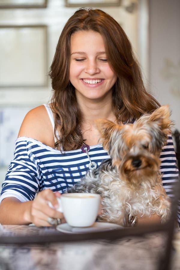 Ευτυχές χαμογελώντας κορίτσι εφήβων που κρατά λίγο σκυλί στοκ φωτογραφία με δικαίωμα ελεύθερης χρήσης