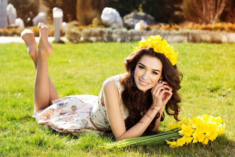 Ευτυχές χαμογελώντας κορίτσι με τα κίτρινα λουλούδια στοκ φωτογραφία με δικαίωμα ελεύθερης χρήσης