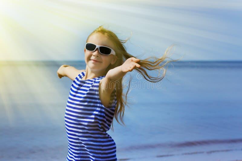 Ευτυχές χαμογελώντας μικρό κορίτσι στα γυαλιά ηλίου στοκ εικόνα με δικαίωμα ελεύθερης χρήσης