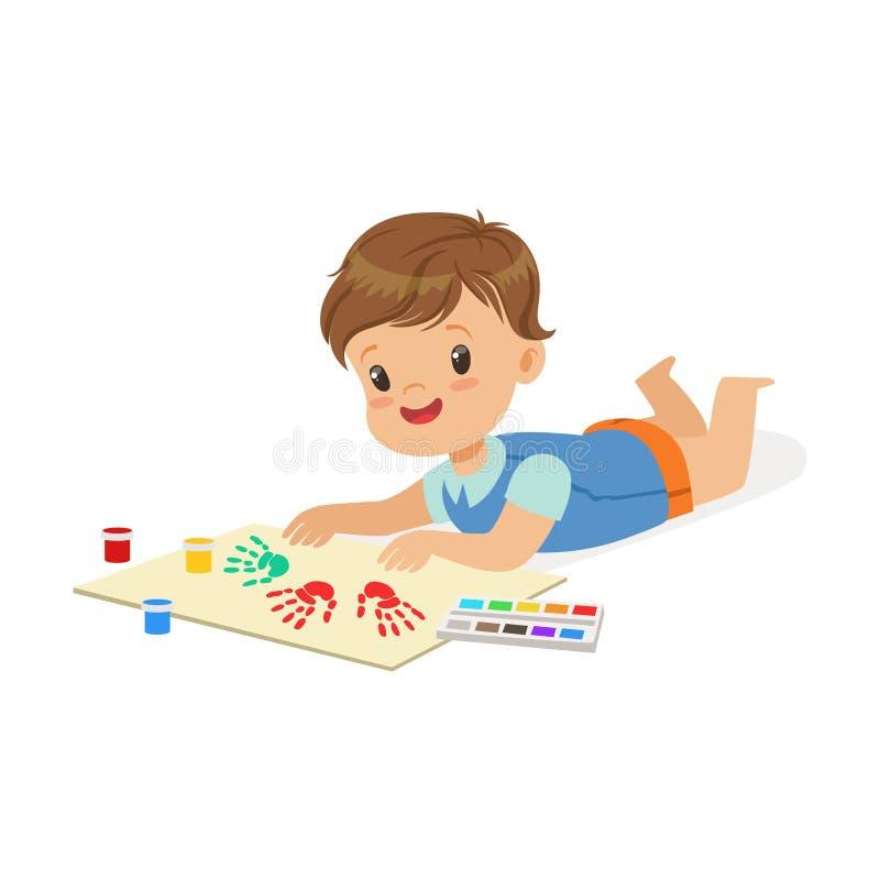 Ευτυχές χαμογελώντας μικρό παιδί που βρίσκονται στο στομάχι του και που χρωματίζουν με τα ζωηρόχρωμα handprints, ένας μικροί καλλ διανυσματική απεικόνιση