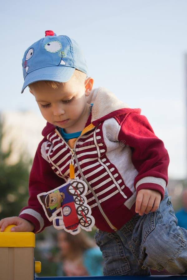 Ευτυχές χαμογελώντας μικρό παιδί στην παιδική χαρά στοκ φωτογραφίες με δικαίωμα ελεύθερης χρήσης
