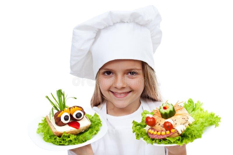Ευτυχές χαμογελώντας παιδί αρχιμαγείρων με τα δημιουργικά sanwiches στοκ φωτογραφία με δικαίωμα ελεύθερης χρήσης