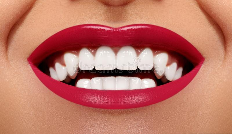 Ευτυχές χαμόγελο κινηματογραφήσεων σε πρώτο πλάνο με τα υγιή άσπρα δόντια, φωτεινή κόκκινη χειλική σύνθεση Cosmetology, οδοντιατρ στοκ εικόνες