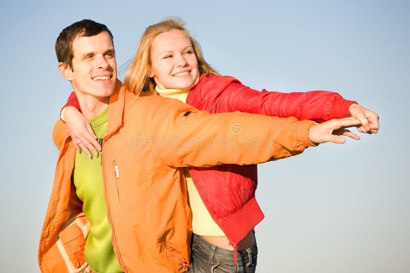 ευτυχές χαμόγελο ουρανού μυγών ζευγών στοκ φωτογραφία με δικαίωμα ελεύθερης χρήσης