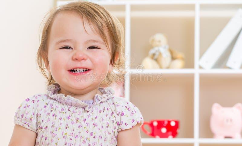 Ευτυχές χαμόγελο κοριτσιών μικρών παιδιών στοκ εικόνα