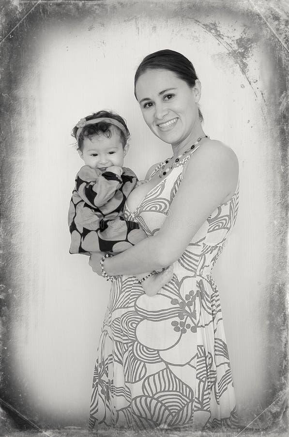 Ευτυχές χαμόγελο οικογένειας, μητέρων και μωρών στοκ εικόνα με δικαίωμα ελεύθερης χρήσης