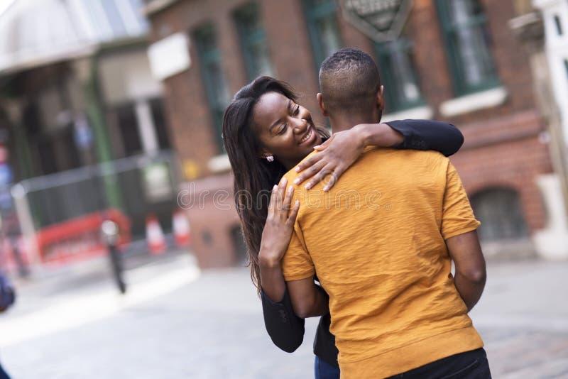 Ευτυχές χαριτωμένο νέο ζεύγος ερωτευμένο στοκ εικόνα με δικαίωμα ελεύθερης χρήσης