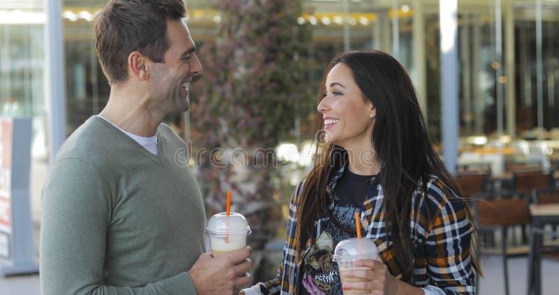 Ευτυχές χαλαρωμένο ζεύγος που απολαμβάνει το take-$l*away καφέ στοκ φωτογραφίες με δικαίωμα ελεύθερης χρήσης