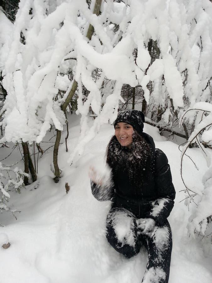 Ευτυχές χειμερινό δασικό χιόνι κοριτσιών στοκ εικόνες