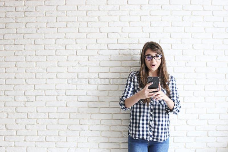 Ευτυχές χιλιετές κορίτσι που έχει τη διασκέδαση στο εσωτερικό Πορτρέτο της νέας όμορφης γυναίκας με το τέλειο χαμόγελο δοντιών, κ στοκ φωτογραφίες