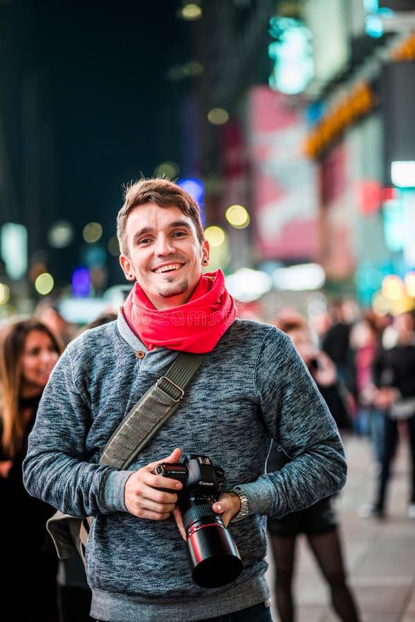 Ευτυχές χρονικό τετράγωνο επίσκεψης φωτογράφων στη Νέα Υόρκη και κοίταγμα στοκ φωτογραφίες με δικαίωμα ελεύθερης χρήσης