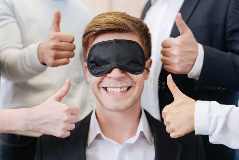 Ευτυχές όμορφο άτομο που αισθάνεται την υποστήριξη των συναδέλφων του στοκ εικόνα